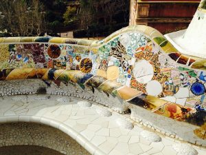 Mosaik dekorierte Bank des Park Güell