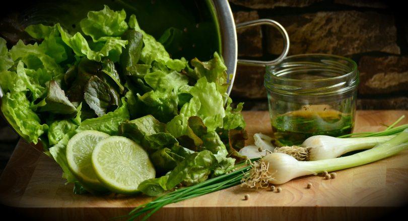 holzbrett mit grünem gemüse, spanischer salat