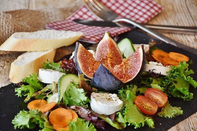 vegetarischer salat mit feigen und ziegenkäse