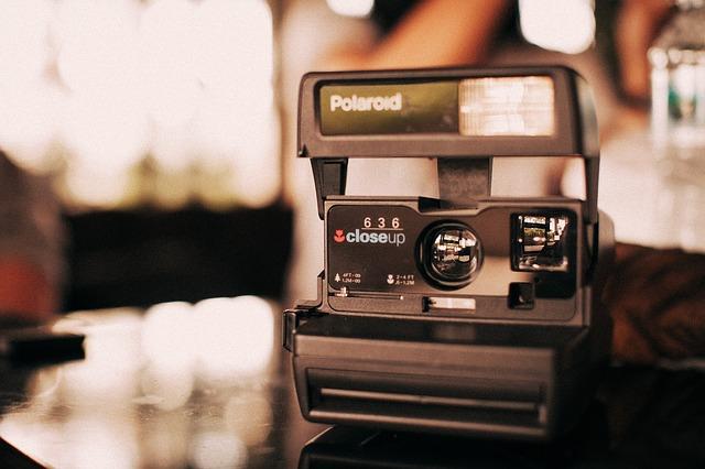 eine Polaroid Kamera die auf einem Wohnzimmertisch steht