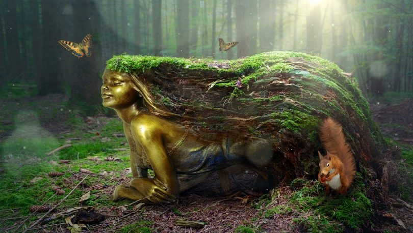 eine Waldfee die auf dem Waldboden liegt und lange grüne Haare hat