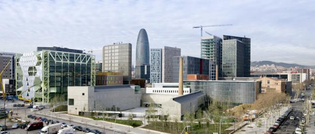 zu sehen sind die futuristischen Gebäude des technologie Viertels, unter anderem der Agbar Turm