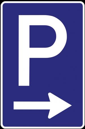 ein blauer Schild mit einem weissen großgeschriebenen P und einem weissen Pfeil darunter der nach rechts zeigt