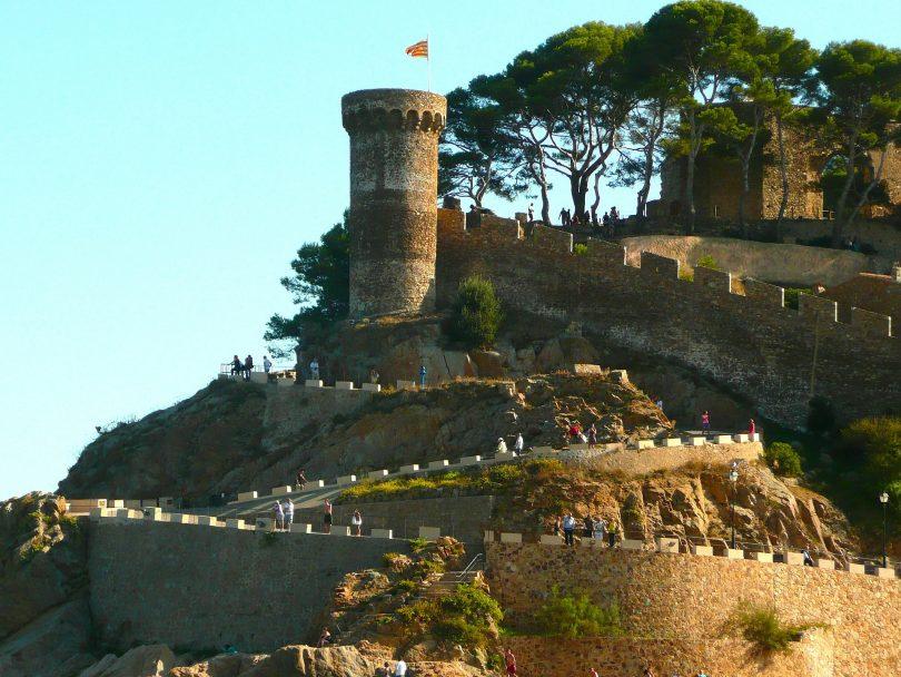 Teil der Burganlage von Tossa mit blauem Himmel als Hintergrund