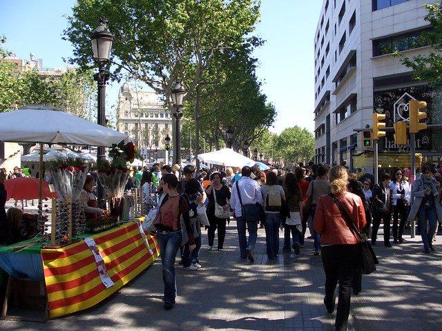 eine Allee in Barcelona mit den Bücher- und Rosenständen des Sant Jordi Tages