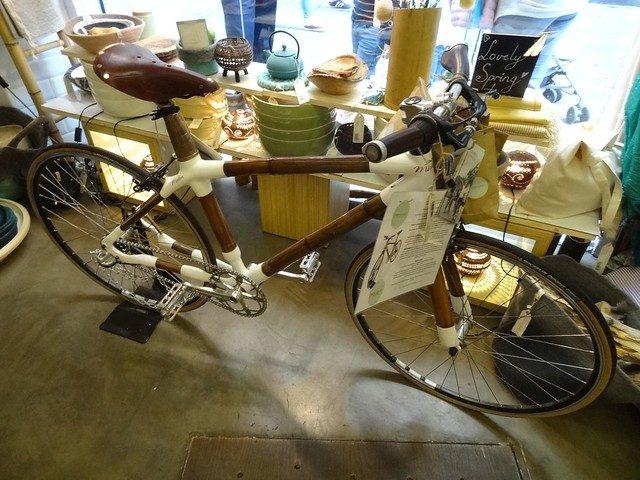 ein Bamboo Fahrrad zum verkauf ein einem Laden mit viel Krimskrams