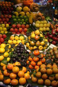 Verkaufsstand auf einem markt mit orangen, Äpfel, Birnen, pflaumen, Aprikosen usw