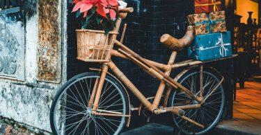 bamboo Fahrrad mit korb vorne und Geschenken hinten drauf