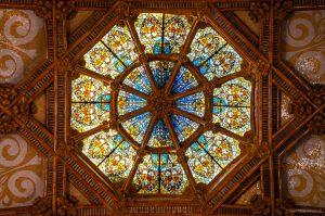Buntes Mosaik Deckenfenster mit gewölbten Holzverzierungen