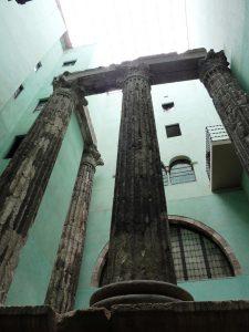 die Reste der vier neun Meter höhendes alten römischen Tempels versteckt im Innenhof eines Wohnblocks im Carrer del Paradis