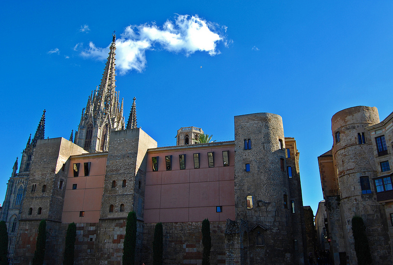 römisches Bauwerk in Barcelona mit alten Steinmauern aber neuen modernen Fenstern