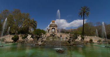 Sehr grosser Springbrunnen im Parc de la Ciutadella mit Palmen drum herum und Tierstatuen