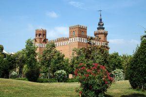 Die Burg der Drachen mit Grünflächen und Bäumen drum herum