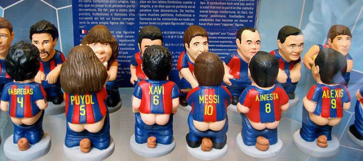 in zwei Reihen sind die caganens des Barcelona Fußballteams gegenüber gestellt, Messi, Iniesta, und so weiter