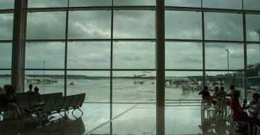 die Aussicht eines Wartesaals im Flughafen auf die Piste