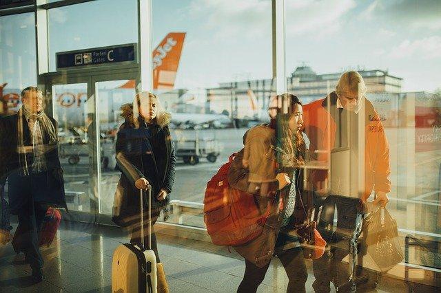 gate C des Flughafens, draussen steht ein Flugzeug von easyjet und drinnen laufen mehrere Leute mit ihrem Gepäck zum Ausgang