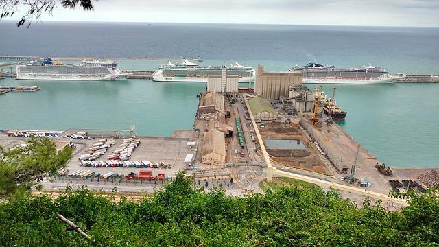 drei Kreizfahrschiffe die im Hafen von Barcelona verankert sind
