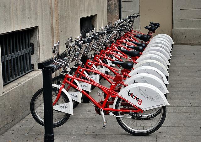 eine bicingstation mit vielen roten Fahrrädern