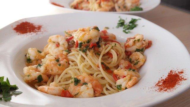 ein runder tiefer weißer Teller mit Spaghetti und Meeresfrüchten