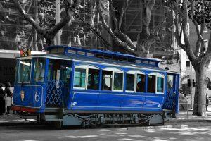 tramvia blau die durch die Straßen fährt