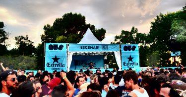 Die Bühne in hellblau mit Werbung von der Biermarke Estrella und eine tanzende Menschenmenge davor