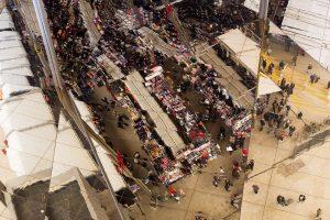 Sicht auf den grossen Flohmarkt Vells Encants durch eine Spiegelung über einer der Spiegelwände