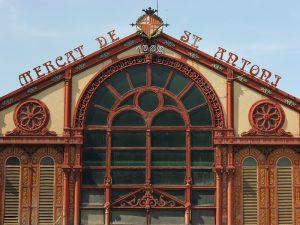 Teil des Gebäudes in dem der Sant Antoni Markt stattfindet mit dem Namen in Eisenbuchstaben darauf