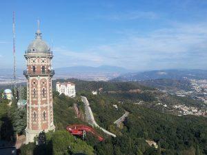 Aussicht auf grüne Berge vom Gipfel des Collserola