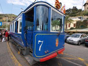 Die blaue Strassenbahn von Barcelona an einer Haltestation