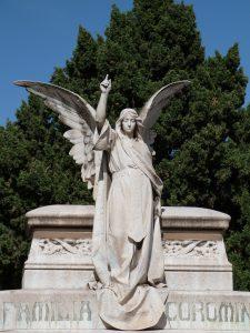ein großes Familiengrab mit einer Engelsstatue darauf, der Engel hebt seine recht Hand zum Himmel zeigend