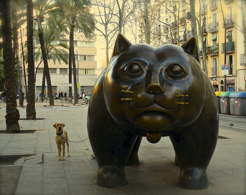 Frontaufnahme der Katzenstatue mit einem Hund an ihrer Seite