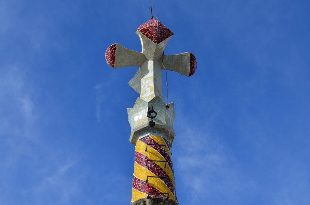 die spitze der Turmes in rot gelb und ganz oben eine kreuzähnliche form