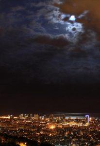 Aussicht auf Barcelona bei Nacht mit Vollmonde der durch kleine Wolken bedeckt ist