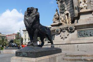 Statue eines schwarzen Löwen unter der Kolumbustatue