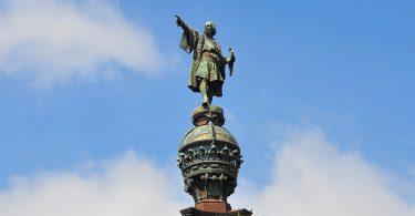 Eine Statue von Kolumbus unter blauem Himmel