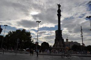 Foto aus etwa 50 Metern Entfernung von der Kolumbusstatue unter halbbewölktem Himmel