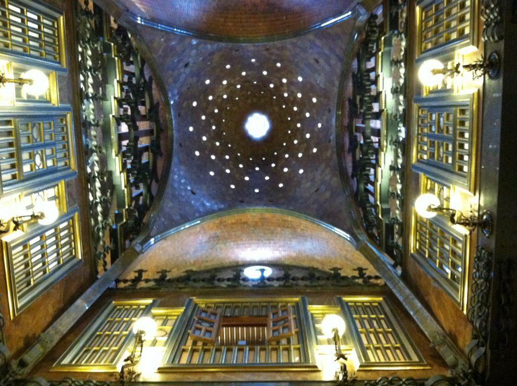 eine der Kuppeln von innen gesehen, mit mehreren kreisförmigen Fenstern