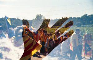 ein versuchtes Bild mit einer Hand in der Mitte durch die man im Hintergrund streikende Leute mit katalanischen Unabhängigkeitsflaggen umhängen sieht