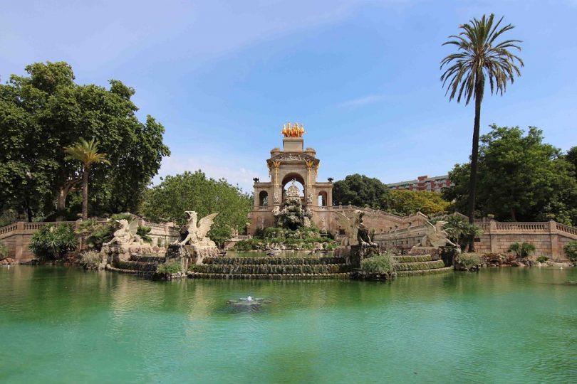 Kleiner See im Ciutadella Park mit Tierstatuen in der Mitte