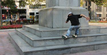 Inlineskater der über die Stufen eines Monuments fährt