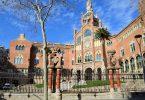 Frontaufnahme eines der Gebäude des Hospital de Sant Pau, es ist eingeweiht und hat große Treppen vor dem Haupteingang
