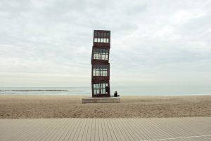 Skulptur von Rebecca Horn- vier Würfel aus Stahl und gestückeltem Glas, die in einer kontrollierten Unordnung aufgestapelt wurde und fast 10 Meter hoch reichen, situiert am Strand der Barceloneta