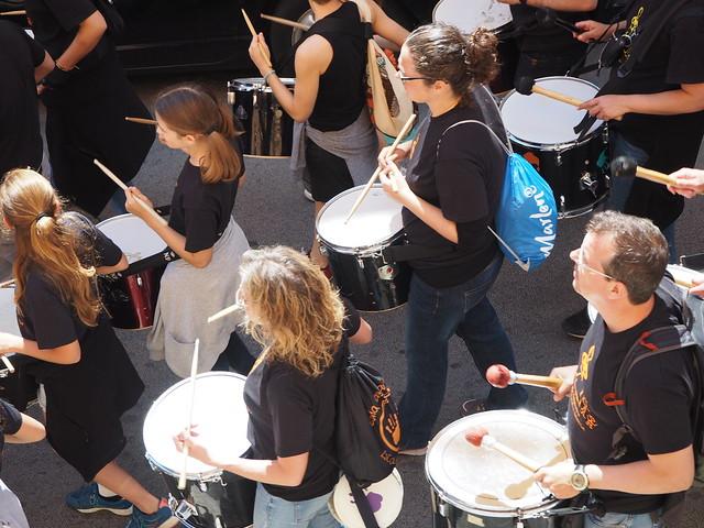 die Trommelgruppe wie sie die Gegants durch die Straßen begleitet
