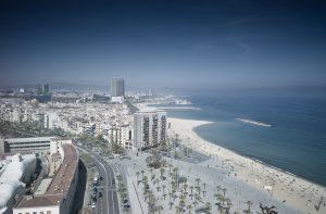Luftaufnahme des 4 Kilometer langem Sandstrand von Barcelona