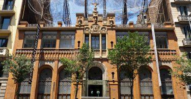 Frontaufnahme des Gebäudes in der sich die Stiftung Antonio Tàpies befindet, Backsteinhaus mit hohen oben runden Fenstern