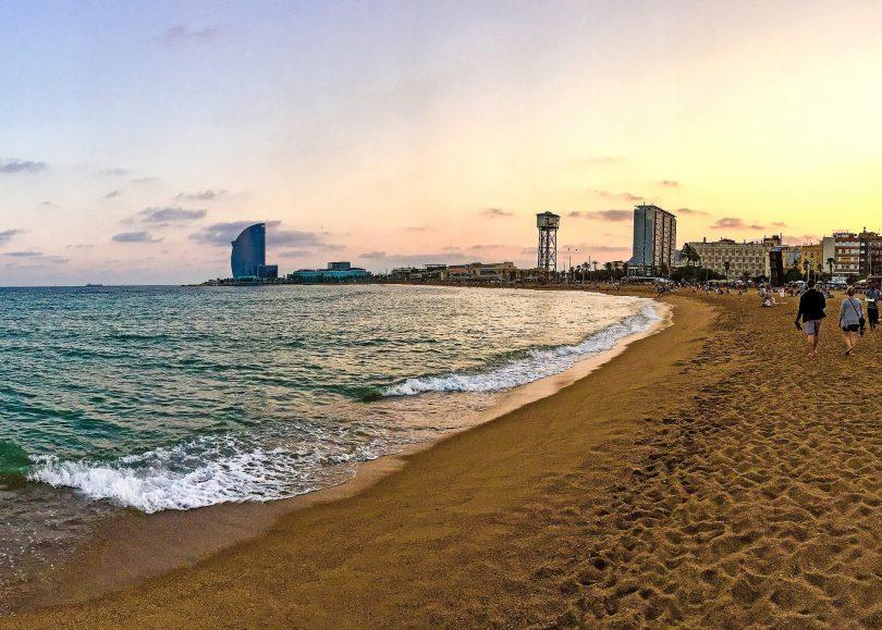 Abschnitt des Sandstrands der Barceloneta mit dem Hotel-W am Schluss