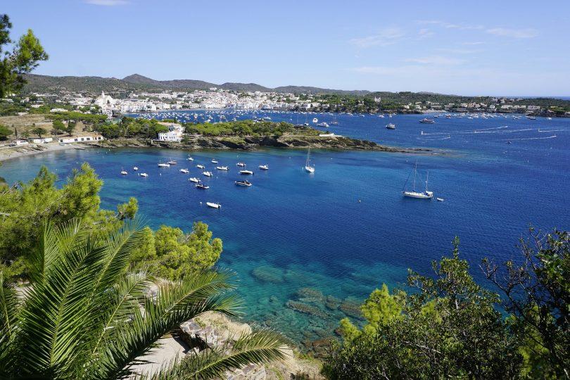 Aussicht auf Cadaques mit seinen Buchten voller Segelschiffen