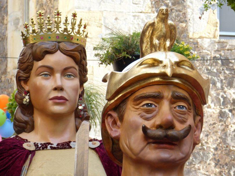 die Köpfe zweier Riesen, vorne der König und hinten die Königin