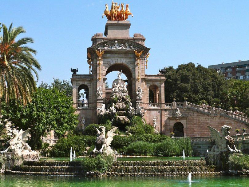 der imposante Springbrunnen am Teich im Ciutadella Park von Barcelona