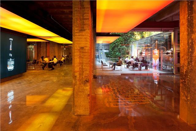 Lobbybereich der Brauerei im Hintergrund die Terrasse mit mehreren Leuten